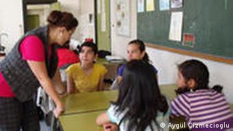 دانشآموزان در کلاس آموزش جنسی پرسشهای خود را با دبیر بیولوژی مطرح میکنند