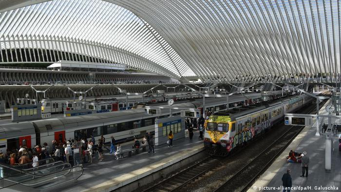 En el mismo país, pero en las antípodas estilísticas, tenemos la estación de Lieja-Guillemins, una estructura futurista de vidrio, acero y concreto.