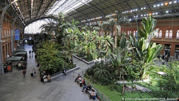 La estación de trenes de Atocha, construida entre 1888 y 1892 en estilo Art Nouveau, es una de las dos estaciones de larga distancia de la capital de España.