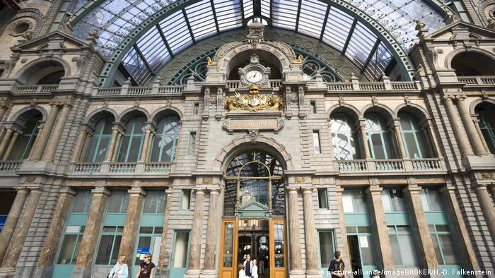 Quien llegue por tren a la capital de los diamantes, hablamos de la ciudad portuaria de Amberes, en Bélgica, debería tomarse un tiempo para admirar la arquitectura de su estación.