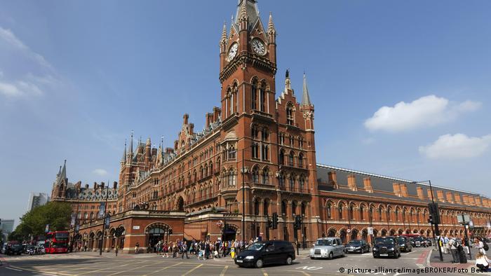 La fachada de ladrillos victoriana de la estación St. Pancras de Londres es casi palaciega.