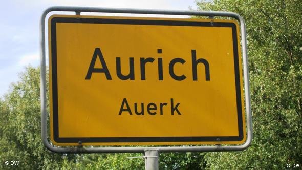 Zweisprachiges Ortsschild für die Stadt Aurich in Ostfriesland (Foto: DW/ Mareike Aden)