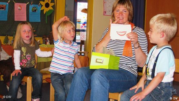 Plattdeutsch-Stunde im Kindergarten Rappelkiste - Kindergärtnerin Maria Ganther erklärt den Kindern Wörter auf Plattdeutsch (Foto: DW/ Mareike Aden)
