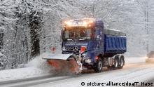 05.01.2019, Bayern, Berchtesgaden: Ein Schneepflug fährt auf einer verschneiten Straße in Berchtesgaden (Bayern). Foto: Tobias Hase/dpa +++ dpa-Bildfunk +++   Verwendung weltweit