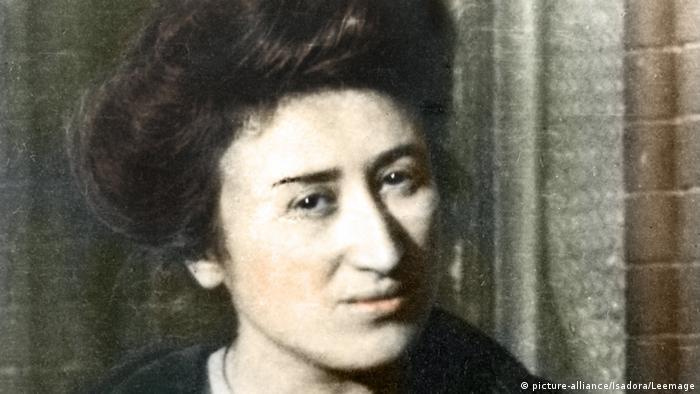 رزا لوکزمبورگ (Rosa Luxemburg) از بانفوذترین زنان تاریخ مبارزات سیاسی اروپاست. این نظریهپرداز برجسته جنبش کارگری از موسسان حزب کمونیست آلمان بود. او به آزادیهای گسترده سیاسی و سوسیالیسم دموکراتیک باور داشت و معتقد بود کمونیستها نباید بدون خواست اکثریت مردم حکومت کنند. او به همراه کارل لیبکنشت صد سال پیش توسط نظامیان راستگرا بازداشت شد و پس از شکنجه به قتل رسید. عکس در سال ۱۹۰۷ گرفته شده است.