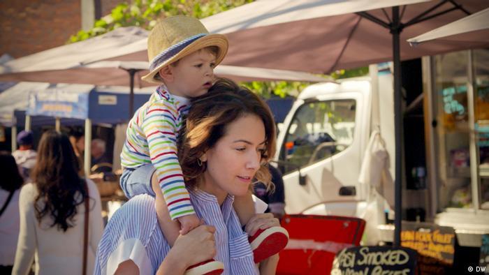 Alondra de la Parra mit ihrem kleinen Sohn auf der Schulter: Standbild aus der Dokumentation La Maestra: Alondra de la Parra
