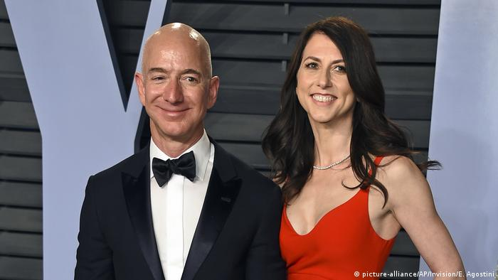 Jeff Bezos mit seiner Frau MacKenzie Bezos (picture-alliance/dpa/AP Photo/File/Invision/E. Agostini)