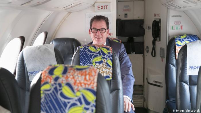 Bundesentwicklungsminister Gerd Mueller CSU Linienflug Afrika (Imago/photothek)