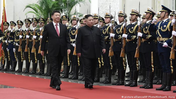 China Peking Xi Jinping und Kim Jong Un (picture-alliance/AP Photo/Xinhua/S. Hong)
