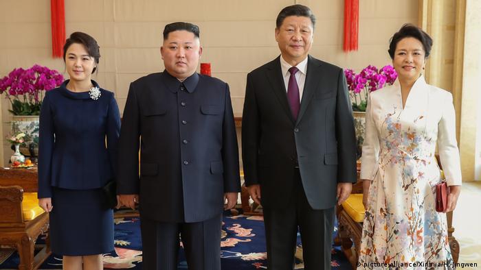 Ganz ungezwungen und in Begleitung der Ehefrauen: Kim (2. v. l.) und Xi (picture-alliance/Xinhua/H. Jingwen)