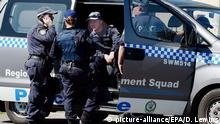 18.09.2014 epa04405025 NSW Police and Australian Federal Police (AFP) officers raid a house in Bursill Street, Guildford, Sydney, Australia, 18 September 2014. Fifteen people have been detained and one person charged with terrorism offences, following pre-dawn raids across Sydney and Brisbane. A 22-year-old Sydney resident is charged in court with conspiracy to carry out a terrorist attack on Australian soil, hours after he was detained in a police raid, media reports say. EPA/DEAN LEWINS AUSTRALIA AND NEW ZEALAND OUT +++(c) dpa - Bildfunk+++ |