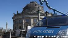 Polizeiwagen vor dem Bodemuseum