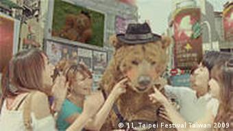 Ein großer Berliner Plüschbär auf der Straße in Taipeh, rundherum junges Publikum (Taipei Film Festival 2009)