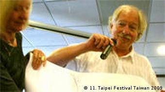 Wolfgang Becker mit Mikro zeigt Poster (Taipei Film Festival 2009)