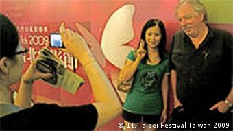 Wolfgang Becker wird mit weiblickem jugendlichen Fan fotografiert (Taipei Film Festival 2009)