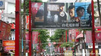 Dichtbevölkerte Straßenszene in Taipeh, Filmfestivalbanderole darüber (Klaus Bardenhagen)