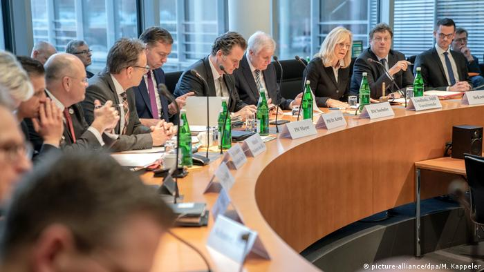 Deutschland | Bundestag Innenausschuss | Datendiebstahl (picture-alliance/dpa/M. Kappeler)