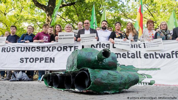 Deutschland 2018 Landtag Niedersachsen | Protestaktion Grüne Jugend gegen Rüstungsexporte