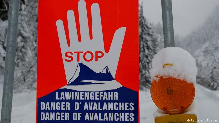 Österreich, Obertauern: Warnschild Lawinengefahr (Reuters/L. Foeger)