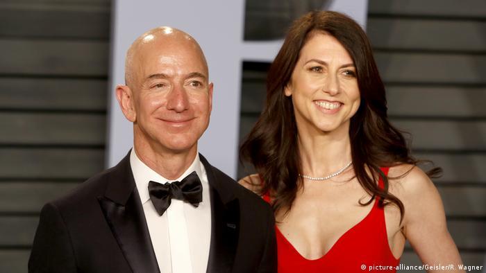 Шефът на Амазон Джеф Безос с бившата си съпруга Макензи през 2018 година