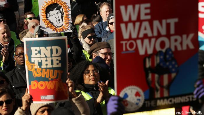 Centenas de funcionários do governo federal protestam contra o shutdown em Washington