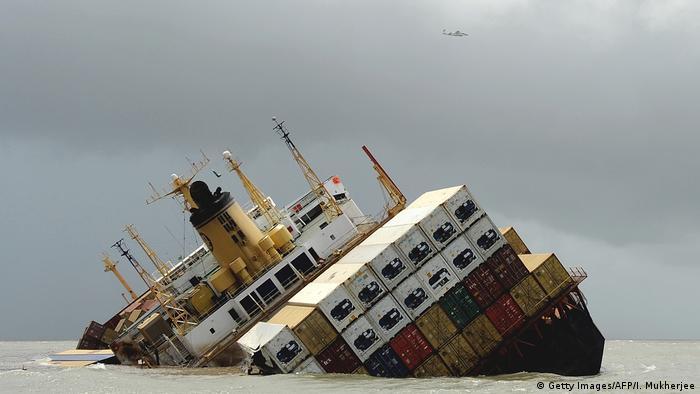 سفينة إم إس سي تشيترا مالت في 8 آب/أغسطس 2010 قبالة سواحل مومباي بشكل خطير