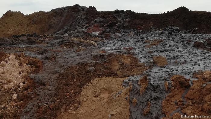 Vertedero de residuos de petróleo a cielo abierto en Vaca Muerta. (Foto: Stefan Borghardt).