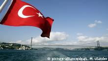 Türkei türkische Flagge vor der Kemal-Atatürk-Brücke in Istanbul