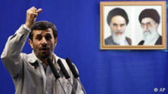 او همیشه عامیانه و به زبان محاوره سخن میگوید. مناظره موثر و نتیجهبخش با احمدینژاد مستلزم این است که نظرات پیچیده خود را بهگونهای بیان کنید که مخاطب عام به سادگی آن را درک کند