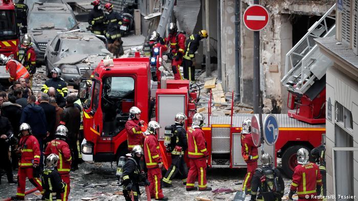 Decenas de bomberos se han desplazado al lugar para intentar sofocar el incendio. (Reuters/B. Tessier)