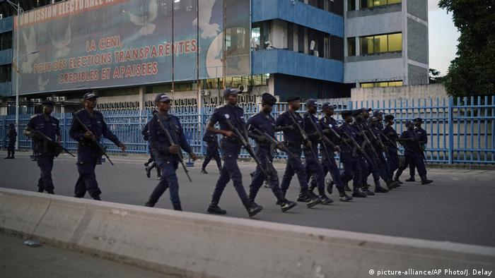 Maafisa wa polisi kwenye makao makuu ya tume ya uchaguzi CENI,jijini Kinshasa ,kabla ya kutangazwa matokeo ya uchaguzi.