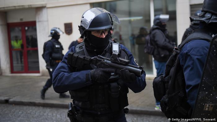 A French police officer during a yellow vest protest (Getty Images/AFP/G. Souvant)