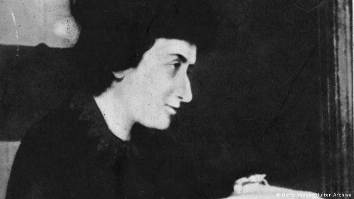 رزا لوکزمبورگ به خاطر سخنرانی علیه جنگ و دیگر فعالیتهای انقلابی خود تقریبا در تمام سالهای جنگ جهانی اول در زندان بود. سرانجام انقلابی که رزا لوکزمبورگ در آلمان در انتظارش بود در نوامبر ۱۹۱۸ فرا رسید و باعث آزادی او از زندان شد. کارل لیبکنشت در این ایام تشکیلات اسپارتاکوس را سازماندهی کرده بود. او و رزا لوکزمبورگ روزنامهی پرچم سرخ را منتشر کردند.