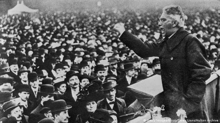 Karl Liebknecht, cofundador da Liga Espartaquista, discursa diante de massa de pessoas em 1918, em Berlim