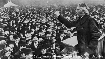 Karl Liebknecht fala a uma multidão