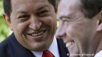 Hugo Chávez und Dmitri Medwedew lachen zusammen (Foto: dpa)