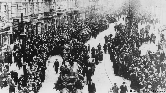 نیروهای رادیکال انقلابی در حزب کمونیست ۵ ژانویه ۱۹۱۹ به اعتصاب عمومی فراخواندند. لیبکنشت از خواست آنان حمایت کرد اما لوکزمبورگ این مرحلهی انقلاب را شتابزده میدانست. انقلابیان در خیابانها سنگربندی کردند و دولت موقت فرمان سرکوب قیام اسپارتاکوس را داد. نظامیان این قیام را سرکوب کردند و صدها تن را کشتند. تصویر مربوط است به تشییع جنازه لیبکنشت در راه گورستان فریدریشزفلده برلین، ۲۵ ژانویه ۱۹۱۹.