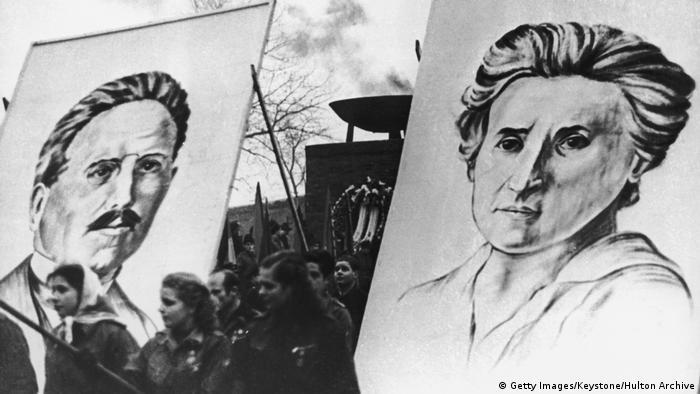 در اول ژانویهی سال ۱۹۱۹ حزب کمونیست آلمان تاسیس شد و برنامهای که رزا لوکزمبورگ برای اتحادیهی اسپارتاکوس نوشته بود، مورد پذیرش نمایندگان کنگرهی موسسان این حزب قرار گرفت. رزا لوکزمبورگ به کمونیستها توصیه کرده بود که در انتخابات پارلمانی آینده شرکت و برای تداوم انقلاب تبلیغ کنند. اما این درخواست مورد پذیرش اکثریت حزب قرار نگرفت. تصویر: گرامیداشت لوکزمبورگ و لیبکنشت در ژانویه ۱۹۵۳، برلین شرقی.