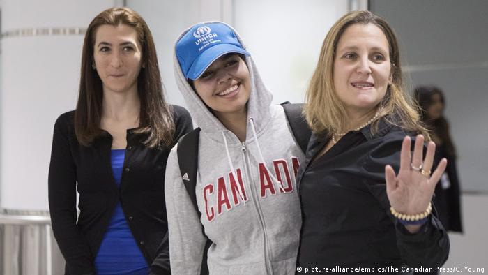 سعودی ٹین ایجر پناہ گزین رہف محمد القنون، درمیان میں، کینیڈا کی خاتون وزیر خارجہ کرسٹیا فری لینڈ، دائیں، کے ساتھ ٹورانٹو ایئر پورٹ پر