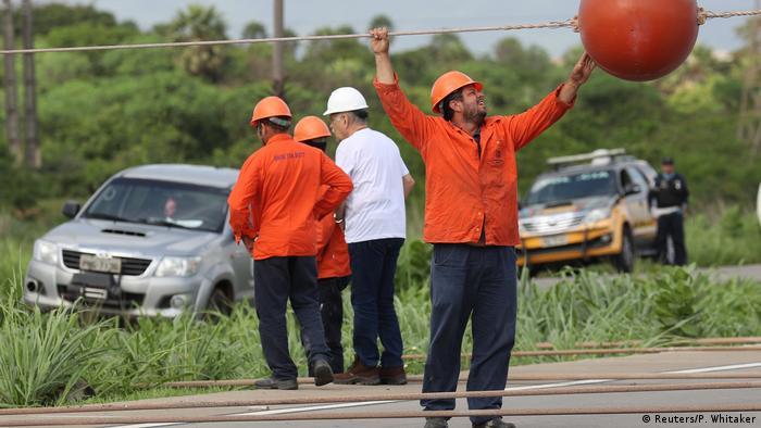 Operários reparam rede elétrica danificada por atentado nas redondezas de Fortaleza