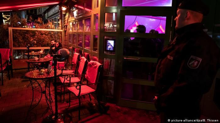 Racija u nargila baru