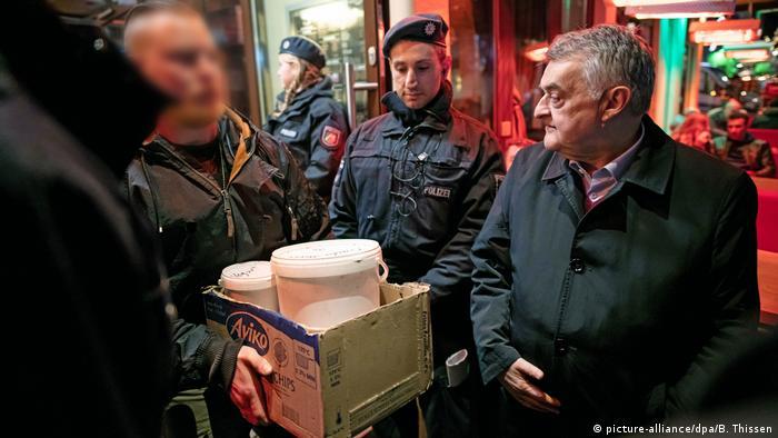 Herbert Reul looking on raid on hookah bar in Bochum (picture-alliance/dpa/B. Thissen)