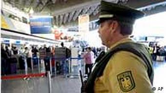 Ein Polizist mit Schutzweste am Frankfurter Flughafen (Foto: AP)