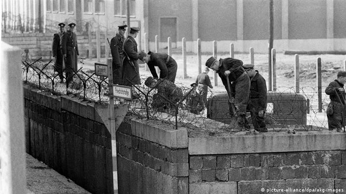 Construction du Mur Pose de barbelés Berlin-Est