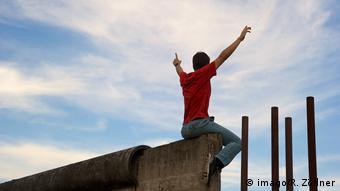 Η κατάρρευση του τείχους δεν σημαίνει μόνο ελευθερία και ευκαιρίες, αλλά και απώλεια της θέσης εργασίας