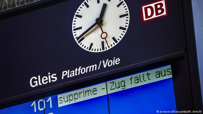 Информационное табло на вокзале во Франкфурте-на-Майне