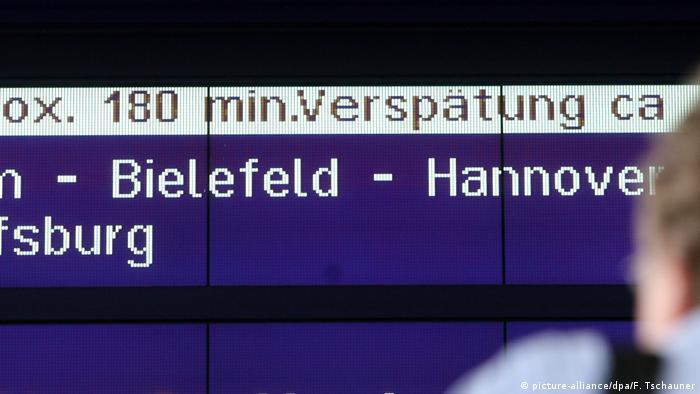 Eine Anzeigetafel der Bahn kündigt eine Verspätung an. (picture-alliance/dpa/F. Tschauner)