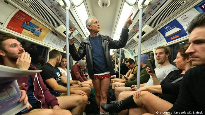 England Aktion No Trousers Tube Ride in London (picture-alliance/dpa/D. Lipinski)