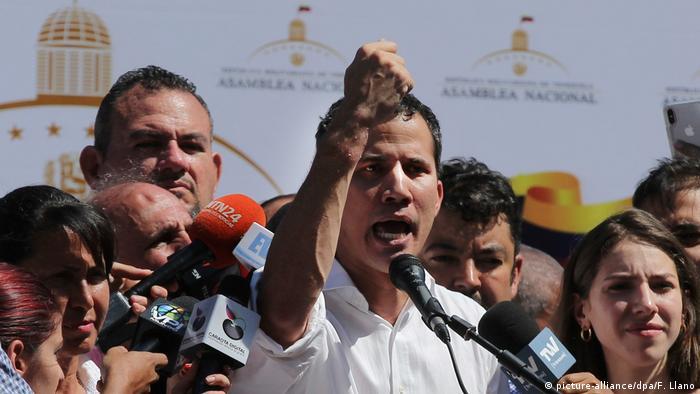 Líder oposicionista Juan Guaidó participa de protesto após der libertado na Venezuela