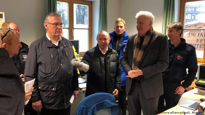 Berchtesgaden - Horst Seehofer wird über Situation nach heftigen Schneefällen informiert (picture-alliance/dpa/L. Mirgeler)